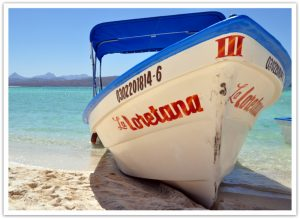 Boot am Strand von Loreto in Baja California