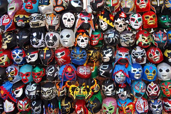 Maskierte Männer in bunten Hosen – Lucha Libre